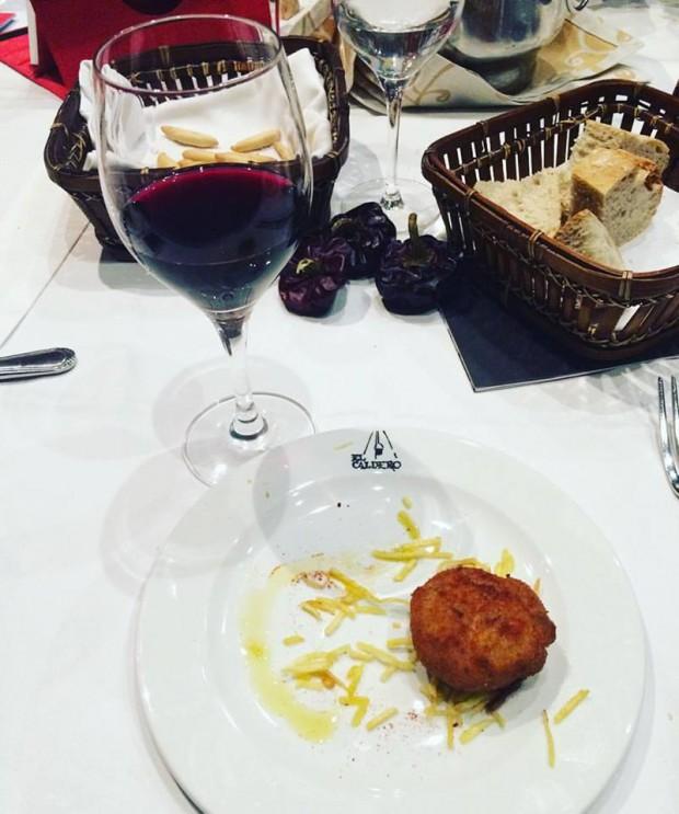 gastronomia de Múrcia - Croquetas de Pulpo con vino Antonio Valero de La bodega Casa Castilla