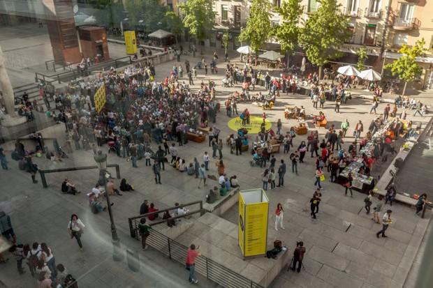 A praça junto ao Museu Reina Sofia se transformou num espaço de leitura a céu aberto.Foto: comunidad de Madrid. Reprodução Autorizada.