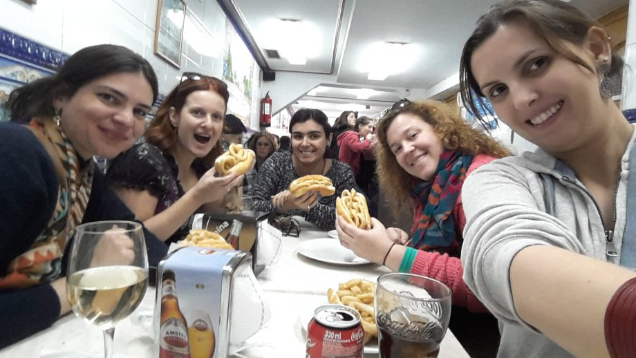 Comendo Bocadillo de Calamaris depois do Walking Tour
