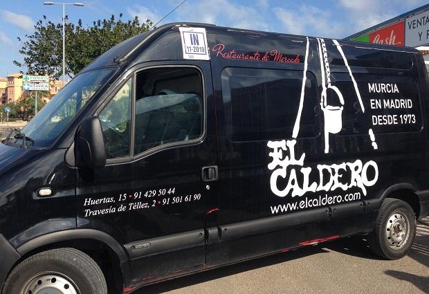 Restaurante EL Caldero - Van que transporta os alimentos